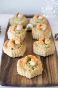 antipastini di sfoglia con crema di gamberetti e zucchine